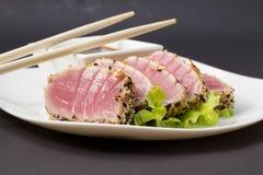 Thunfischleiste auf weißem Teller mit Salat und Sojasoße Lizenzfreie Stockbilder