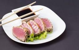 Thunfischleiste auf weißem Teller mit Salat und Sojasoße Lizenzfreies Stockfoto