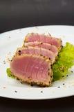Thunfischleiste auf weißem Teller mit Salat und Sojasoße lizenzfreie stockfotos