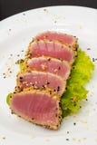 Thunfischleiste auf weißem Teller mit Salat und Sojasoße stockfotos