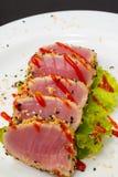 Thunfischleiste auf weißem Teller mit Salat und Sojasoße stockfotografie