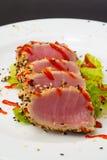 Thunfischleiste auf weißem Teller mit Salat und Sojasoße Stockbild