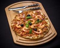Thunfischpizza mit Garnele und Tischbesteck Lizenzfreie Stockbilder