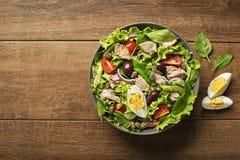 Thunfischsalat mit Eiern und Kapriolen Stockfotos