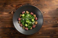 Thunfischsalat mit matsuhisa So?e in einem Schwarzblech auf einem h?lzernen Hintergrund stockfotografie