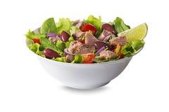 Thunfischsalat mit Oliven und Kapriolen Stockfoto