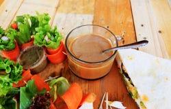 Thunfischsandwich mit Salatgemüse und -kaffee Lizenzfreie Stockfotos