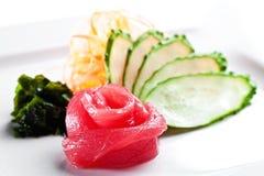 Thunfischsashimi mit Gurke auf einem weißen Hintergrund Stockfoto