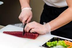 Thunfischsashimivorbereitung stockfoto