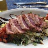 Thunfischsteak grillte mit Gemüse, Totenbahre und Brot lizenzfreies stockfoto