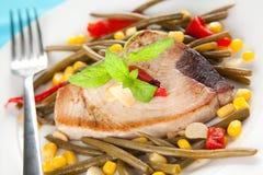 Thunfischsteak vorbereitetes whith Gemüse Stockfotos