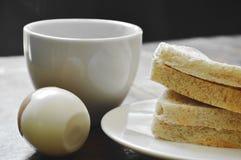 Thunfischvollweizensandwich auf Platte und gekochtes Ei essen Paare mit schwarzer Kaffeetasse Lizenzfreie Stockbilder