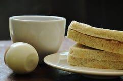 Thunfischvollweizensandwich auf Platte und gekochtes Ei essen Paare mit schwarzer Kaffeetasse Stockbild