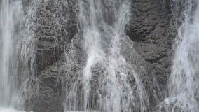 Thung Nang Khruan vattenfall Namtok Thung Nang Khruan i djup skog arkivfilmer