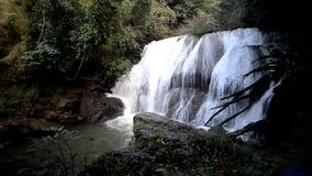 Thung Nang Khruan vattenfall Namtok Thung Nang Khruan i djup skog stock video