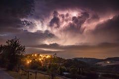 Thunterstorm con el relámpago sobre pueblo en la noche Fotos de archivo libres de regalías