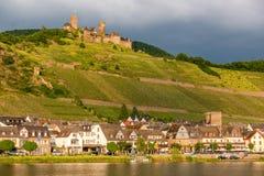 Thurantkasteel en wijngaarden boven de rivier van Moezel dichtbij Alken, Duitsland royalty-vrije stock fotografie
