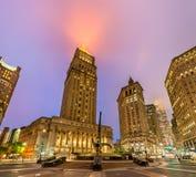 Thurgood Marshall United States Courthouse dat bij nacht, de Stad van New York wordt verlicht stock afbeelding