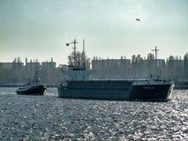 Thurkus一般货物船在波兰把Swinoujscie留在 图库摄影