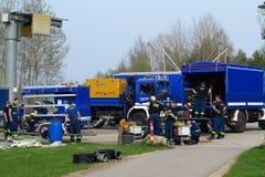 THW-Brigadeteam, das LKWs ausrüstet Lizenzfreies Stockbild