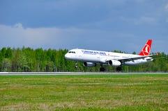 THY avião de Turkish Airlines Airbus A321 está aterrando na pista de decolagem no aeroporto internacional de Pulkovo em St Peters Fotografia de Stock