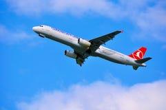 THY avião de Turkish Airlines Airbus A321 está voando no céu após a partida do aeroporto internacional de Pulkovo em Saint-Peters Foto de Stock
