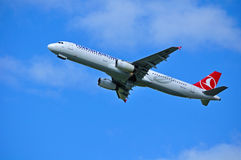 THY avião de Turkish Airlines Airbus A321 está voando no céu após a partida do aeroporto internacional de Pulkovo em Saint-Peters Imagens de Stock
