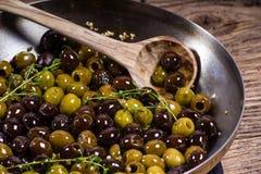 Thyme en olijven in een koekepan Royalty-vrije Stock Afbeeldingen