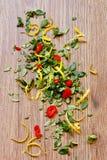 Thymian-, Paprika- und Zitroneschale. Stockbilder