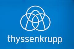 Thyssenkrupp logo på blå bakgrund Royaltyfri Foto