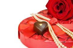 Ti amo - colore rosso di rosa e perle sopra bianco Immagini Stock