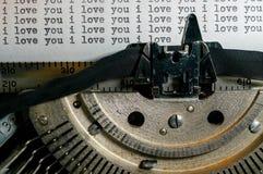 Ti amo e tipo di messaggio dei biglietti di S. Valentino sulla vecchia macchina da scrivere Fotografie Stock Libere da Diritti