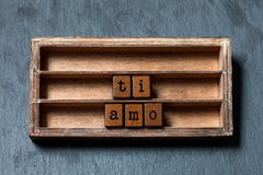 Ti amo Ik houd van u geschreven in het Italiaans vertaling Uitstekend vakje, houten kubussenuitdrukking met oude stijlbrieven Gri royalty-vrije stock afbeeldingen