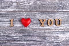 Ti amo, iscrizione di legno, fondo grigio, giorno di S. Valentino felice della cartolina, disposizione piana Immagini Stock Libere da Diritti