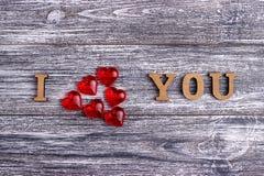 Ti amo, iscrizione di legno, fondo grigio, giorno di S. Valentino felice della cartolina, disposizione piana Immagine Stock