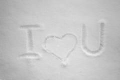 Ti amo scritto a mano nella neve fresca al giorno soleggiato Fotografie Stock Libere da Diritti