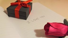 Ti amo sul taccuino con la matita e la scatola fotografia stock