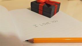 Ti amo sul taccuino con la matita e la scatola fotografie stock libere da diritti
