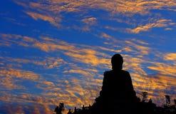 Tian Bouddha bronzage silhouetté pendant le coucher du soleil photos libres de droits