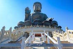 Tian dębnik Buddha lub Duży gigant jesteśmy wielkim brązowym statuą lokalizować przy Po Lin monasterem w Ngong śwista Lantau wysp obrazy royalty free