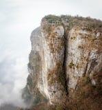 Tian Men Mountains nebuloso em Zhangjiajie com tela rezando vermelha Imagem de Stock Royalty Free