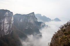 Tian Men Mountains nublado en Zhangjiajie con la tela de rogación roja Foto de archivo libre de regalías