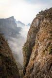 Tian Men Mountains nublado en Zhangjiajie con la tela de rogación roja Imágenes de archivo libres de regalías