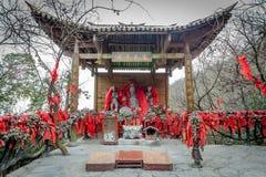 Tian Men Mountains nublado en Zhangjiajie con la tela de rogación roja Imagenes de archivo