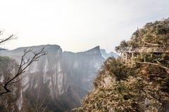 Tian Men Mountains nublado en Zhangjiajie con la tela de rogación roja Imagen de archivo