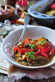 Tian, peperoni di verdure e melanzana al forno con olio d'oliva ed aglio Cucina francese Immagine Stock