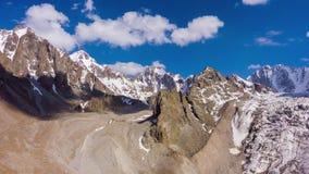 Tian Shan Mountains en Blauwe Hemel met Wolken Lucht Mening stock videobeelden