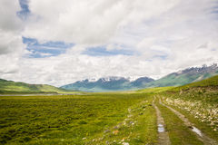 Tian-Shan Mountains si inverdisce la strada dall'Kara-opinione a Naryn, Kirghizistan Immagini Stock