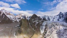Tian shanu niebieskie niebo z chmurami i góry widok z lotu ptaka zbiory wideo