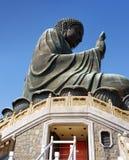 Tian Tan Buddha e portas vermelhas que conduzem em um templo sob o Br Fotos de Stock